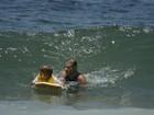 Mário Gomes ensina o filho  a pegar onda em praia do Rio