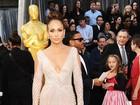 Jennifer Lopez aposta em decotão para ir ao Oscar