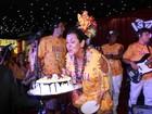 Regina Casé comemora aniversário no desfile das campeãs do Rio