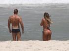 Jaque Khury vai à praia com o namorado no Rio