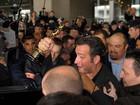 Após ganhar Oscar, Jean Dujardin causa tumulto ao chegar em Paris
