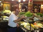 Após perder 25kg, ex-BBB Agustinho come só salada em churrascaria