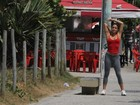 Ex-BBB Laisa cuida da boa forma e se alonga na orla do Rio