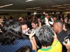 Zac Efron causa tumulto em aeroporto ao desembarcar no Brasil