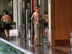 Gravidíssima, Luana Piovani vai a shopping com o marido, Pedro Scooby