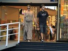 Grávida, Luana Piovani passeia com o marido em shopping