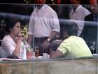 Giovanna Antonelli almoça com o marido em shopping no Rio