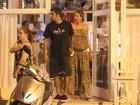 Grávida, Luana Piovani janta com o marido no Rio