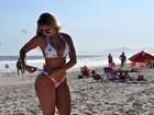 Sem photoshop, Aryane Steinkopf mostra suas curvas em dia de praia