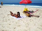 Solange Gomes faz topless em praia carioca