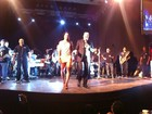 Belo chama Gracyanne ao palco durante show em Angola