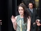 Toda estilosa, Kristen Stewart assiste a desfile de moda na França