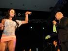 Gracyanne Barbosa deixa calcinha à mostra em show de Belo em Angola
