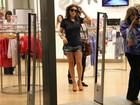 De shortinho curto, Giovanna Antonelli passeia em shopping no Rio