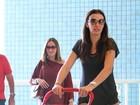 Mônica Martelli circula com a filha por aeroporto