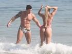 Aryane Steinkopf curte praia com namorado no Rio e mostra corpão