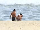 Adriana Bombom curte praia acompanhada e protagoniza cenas quentes
