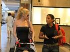 Danielle Winits passeia com o filho em shopping no Rio