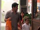 Murilo Benício passeia com o filho em shopping no Rio
