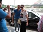 Giovanna Antonelli posa com fãs em aeroporto de São Paulo