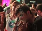 Mãe de Chay Suede explica foto com charuto e diz: 'Chay não fuma nada'