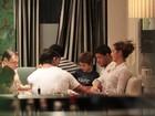 Vítor Belfort e Joana Prado curtem jantar com amigos e os filhos