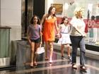 Claudia Raia vai com a filha ao cinema