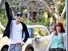 Ashton Kutcher chega animado em casa após sair com suposto affair