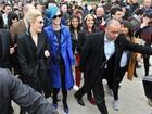 Katy Perry causa tumulto ao chegar a evento de moda em Paris