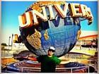 Thiago Martins se diverte em parques de diversão em Orlando