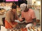 Fernanda Souza e Thiaguinho fazem compras juntos no shopping