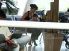 Daniele Suzuki troca fralda do filho Kauai em aeroporto do Rio