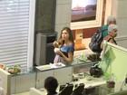 Grávida, Grazi toma sorvete durante passeio em shopping no Rio