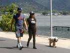 Felipe Dylon e Aparecida Petrowky caminham na Lagoa, no Rio