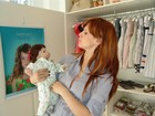 Grávida, Mel Lisboa escolhe enxoval da filha e brinca com boneca