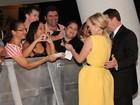 Reese Witherspoon é traída por vestido durante lançamento no Rio