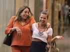 Fernanda Souza vai a livraria e se diverte ao ser fotografada