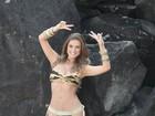 Namorada de Latino faz ensaio de biquíni e exibe cinturinha de pilão