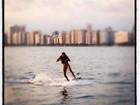 Neymar curte fim de tarde fazendo wakeboard