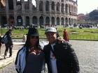 Decotada, Gracyanne Barbosa ganha 'confere' durante passeio na Itália