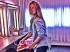 Cadê o glamour? Bar Refaeli passa roupa antes de ensaio