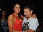 Ops! David Brazil 'dá conferida' no vestido transparente de Gracyanne