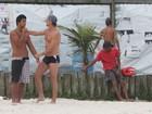 Marcello Novaes vai a praia com o filho mais velho