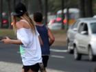 Ellen Jabour usa tênis que tonifica o bumbum durante caminhada no Rio