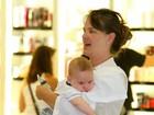 Fofura! Letícia Birkheuer circula com seu bebê em aeroporto