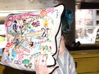 Katy Perry se esconde atrás de travesseiro em aeroporto