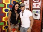 De shortinho, Gracyanne grava programa de tevê com Belo