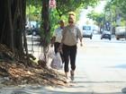 Nada de ecobag! Dani Winits sai do mercado com sacolinhas de plástico