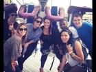 Cercada de amigos, Demi Lovato posta foto em parque de diversões nos EUA