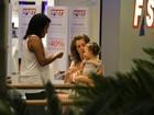 Letícia Spiller passeia com a filha em shopping no Rio